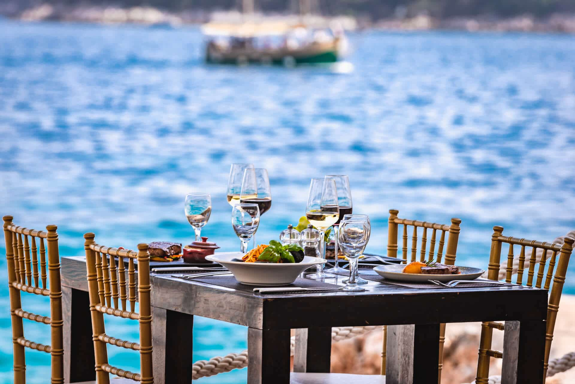 "Did someone say: ""Lunch with the sound of the sea waves?"""